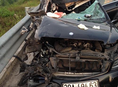 Chiếc Mercedes C300 bị tai nạn trên cao tốc Hà Nội - Hải Phòng