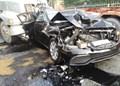 Xe sang Mercedes bị kẹp giữa 2 container tại Thủ Đức, TP HCM